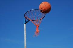 Basket-ball dans le réseau Photographie stock