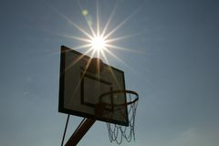 Basket-ball de coucher du soleil Photo libre de droits