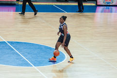 Basket-ball de jeu de filles Photo libre de droits