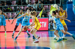 Basket-ball de jeu de filles Photos stock