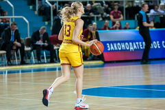 Basket-ball de jeu de filles Photographie stock libre de droits