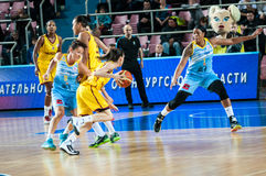 Basket-ball de jeu de filles Photos libres de droits