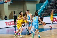 Basket-ball de jeu de filles Photo stock