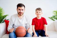 Basket-ball de observation de père et de fils Photo libre de droits