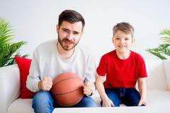 Basket-ball de observation de père et de fils Photos libres de droits