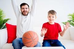 Basket-ball de observation de père et de fils Images libres de droits