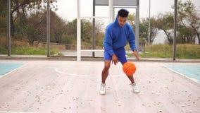 Basket-ball de pratique de jeune afro-américain dehors Tir au ralenti clips vidéos