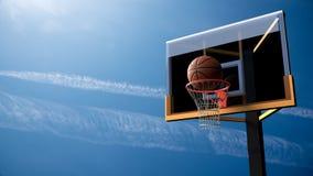 Basket-ball entrant dans le cercle sur le beau fond de ciel bleu Spo Photographie stock libre de droits