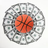 Basket-ball et argent Photos stock