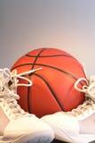 Basket-ball et chaussures images libres de droits