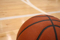 Basket-ball et cour Images stock
