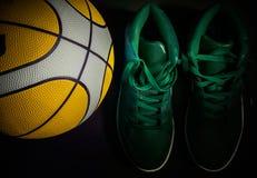 Basket-ball et espadrilles Images libres de droits
