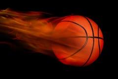 Basket-ball flamboyant sur le noir Photographie stock
