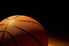Basket-ball laissé sur la cour Photos libres de droits