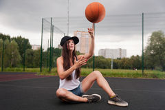 Basket-ball sexy de jet de femme Photographie stock