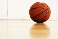 Basket-ball sur la cour photo stock