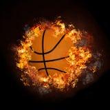 Basket-ball sur la fumée chaude d'incendie Photo stock