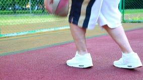 Basket-ball sur la rue, s'exerçant pour jongler une boule pour le basket-ball Le concept des sports, formation, formation sur banque de vidéos