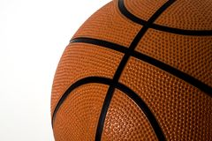 Basket-ball sur le blanc Image stock