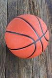 Basket-ball sur le fond en bois Photos stock