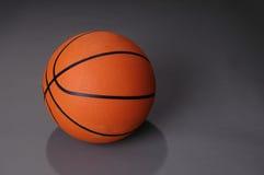 Basket-ball sur le fond foncé Image stock