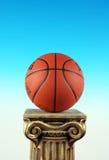 Basket-ball sur le pupitre de fléau, symbole de victoire et gagnants photo stock