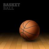 Basket-ball sur un plancher de cour de bois dur Photos stock