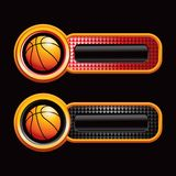 Basket-balls sur les onglets checkered rouges et noirs Photos stock