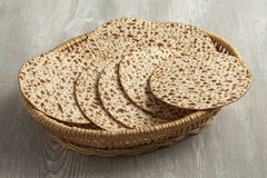 Basket with fresh matzah Royalty Free Stock Images