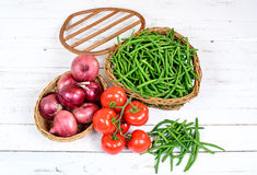 Basket of green beans with tomatoes and onions Stock Photography
