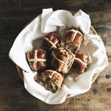 Basket with hot cross buns Royalty Free Stock Photography