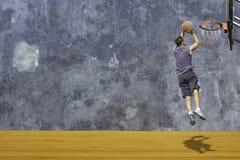 Basket i kast f?r handmanbanhoppning ett basketbeslag p? den tr?vinden f?r v?gg f?r golvbakgrundsmurbruk med modellen av fotografering för bildbyråer