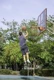 Basket i kast f?r handmanbanhoppning som ett tr?d f?r bakgrund f?r basketbeslag parkerar in royaltyfri fotografi