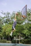 Basket i kast f?r handmanbanhoppning som ett tr?d f?r bakgrund f?r basketbeslag parkerar in royaltyfri foto