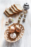 Basket with onion and garlic on a board Royalty Free Stock Photography