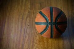 Basket på domstolen eller trä populär sport med laget, sportbakgrund och tomt område för text, internationell sport och spela Royaltyfri Foto