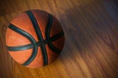 Basket på domstolen eller trä populär sport med laget, sportbakgrund och tomt område för text, internationell sport och spela Royaltyfri Bild
