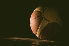 Basket på domstolen isolerad white för bakgrundsboll basket Royaltyfri Fotografi