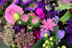 Basket with pink dahlia blossoms with other summer flowers on the farmer´s market stock images