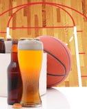 Basket sex packe och exponeringsglas av öl och domstolen Royaltyfri Bild