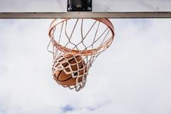 Basket som faller till och med det netto royaltyfria bilder
