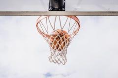 Basket som ner faller insida det netto arkivfoton