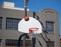 Basket som rebounding efter ett felande skott på en utomhus- streetba arkivfoton