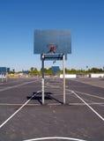 basket uppvaktar den tomma lottparkeringsskolgården Arkivfoto