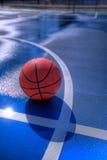 Basketbal bij midcourt Stock Afbeelding