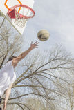Basketbal Buitensporige Layups stock fotografie