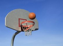 Basketbal dat in netto gaat Stock Foto