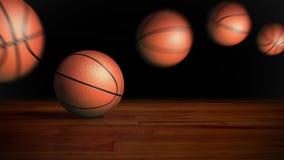 Basketbal dat op houten vloer stuitert Stock Foto