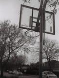 Basketbal in de voorsteden stock afbeeldingen