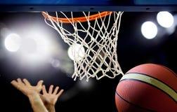 Basketbal die door de hoepel gaan Stock Afbeelding